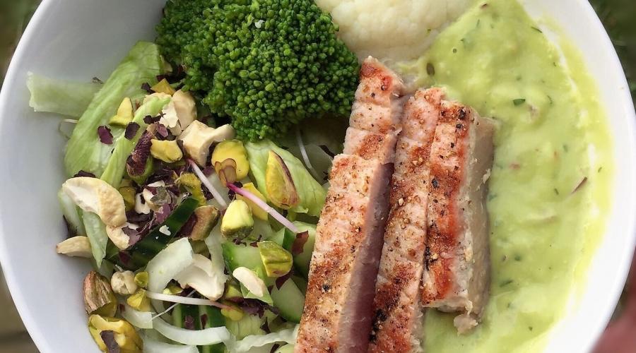 tonijn/groene groenten/dressing van avocado/zeewier/noten kpnifoodie